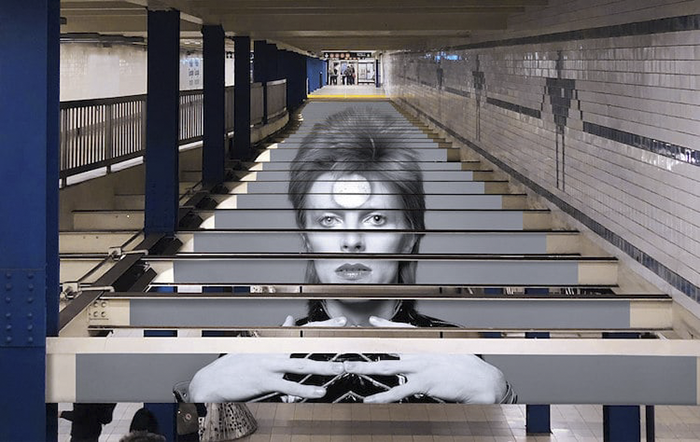 <a href=http://feedproxy.google.com/~r/Demilked/~3/yG9HFLbrIbQ/ target=_blank >A Tribute To David Bowie Covers NYC Subway Station Honoring The Legend In The Most Epic Way</a>