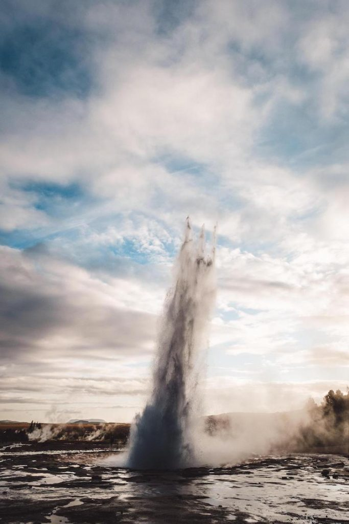 <a href=https://mymodernmet.com/strokkur-geyser-iceland/ target=_blank >Iceland's Most Active Geyser Looks Like It's Shooting Poseidon's Trident Into the Sky</a>